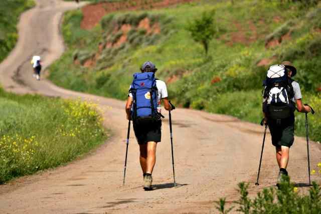 Peregrinos-camino-de-santiago-en-verano-1